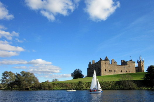 Team Practice beneath Linlithgow Palace